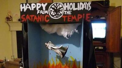 El Templo Satánico expone la imagen de un ángel que cae del cielo al inf...