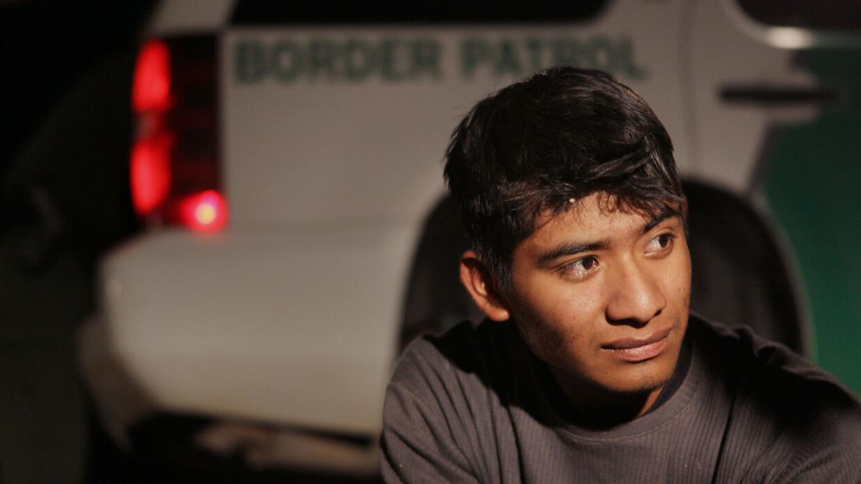 Inmigrante indocumentado detenido en la frontera con México.
