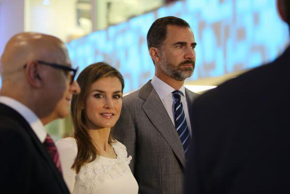 Felipe de Borbón, acompañado por su esposa, Letizia Ortiz Rocasolano, ar...