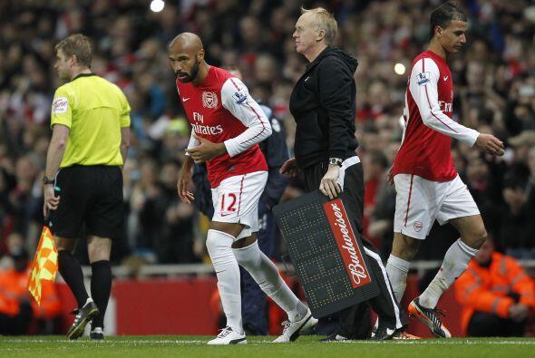 Todos los fanáticos en el Emirates Stadium se unieron en un aplau...