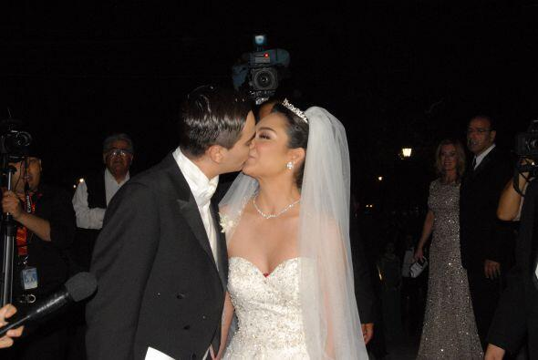 Osmara y Christopher en un tierno beso ya como marido y mujer.