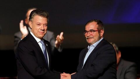 El presidente Juan Manuel Santos y el líder de las FARC, Rodrigo...
