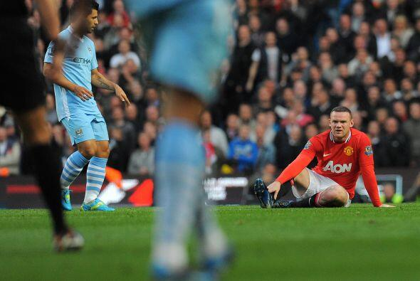 Mientras tanto, Rooney sufría solo en el ataque, buscando una oportunida...