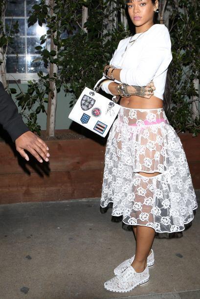 Para disfrutar el calor de la primavera Rihanna decidió ponerse l...