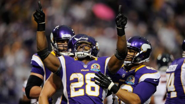 El corredor de los Vikings necesita 102 yardas por tierra para convertir...