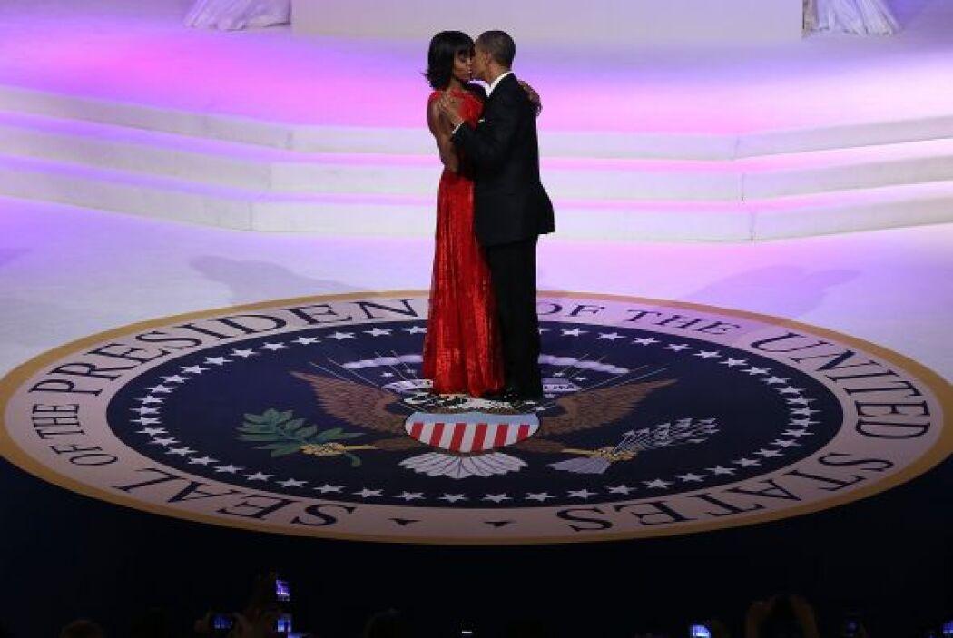 Michelle con un vestido de terciopelo rojo rubí, abierto por la espalda,...