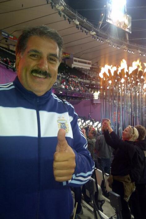 Con la llama olímpica.
