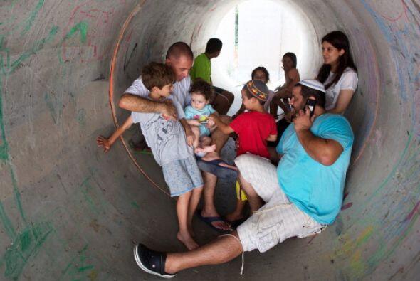 Los israelíes   se esconden   en un gran   tubo de hormigón   utilizado...