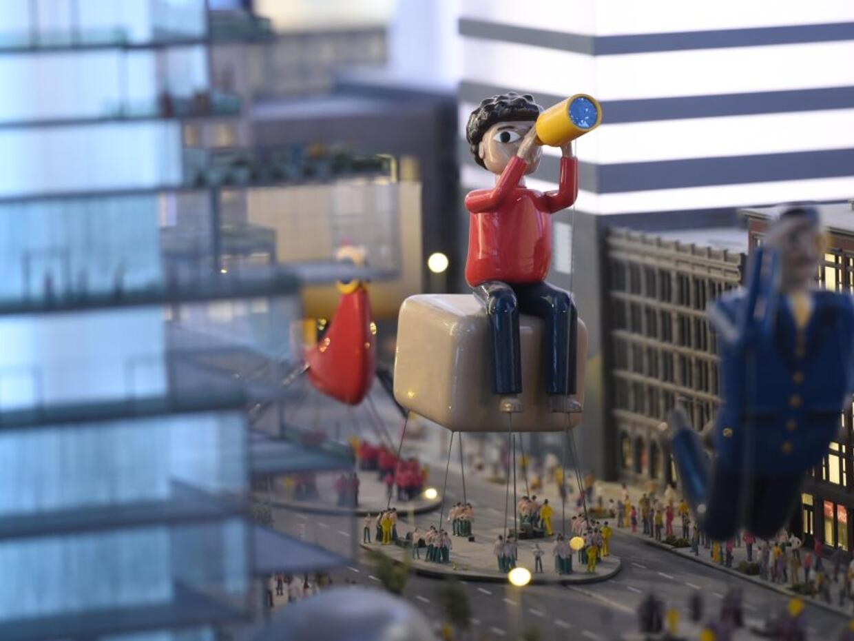 Un modelo de la parada de Macy's es parte del mundo en miniatura que...