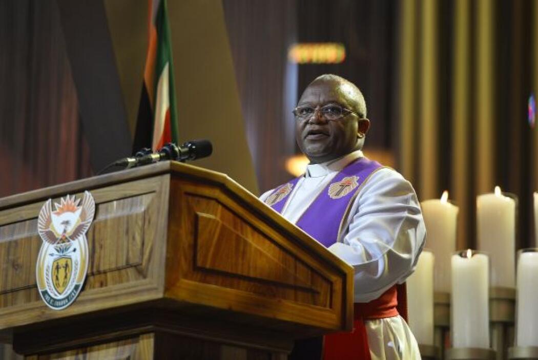 El Obispo sudafricano Ziphozihle Siwa subió al estrado durante la ceremo...