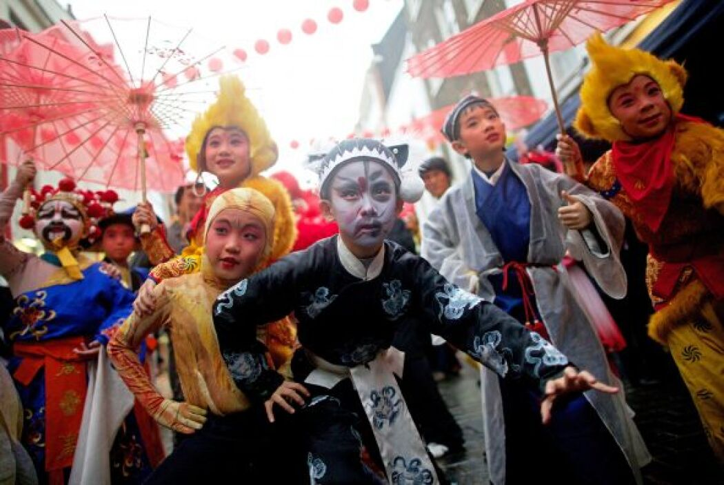 Niños vestidos con ropa tradicional posan en el corazón del barrio chino...