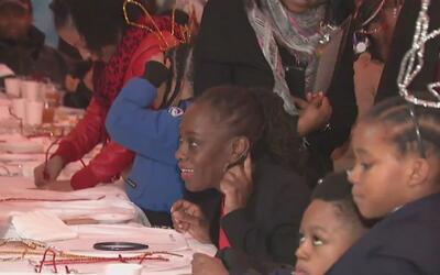 Cientos de niños que viven en refugios en Nueva York celebraron la Navid...