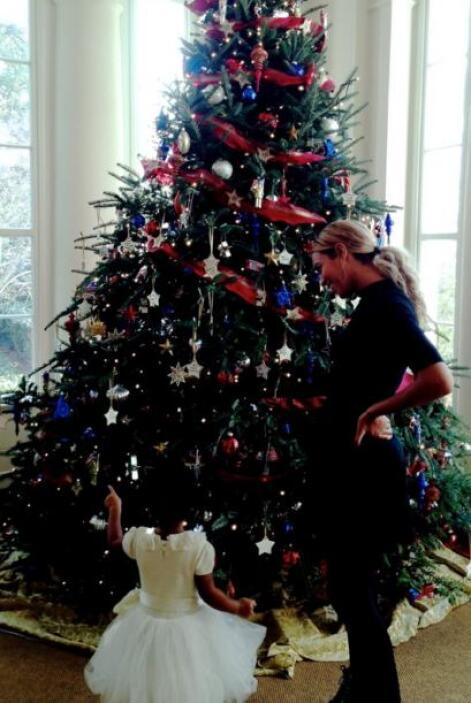 Blue Ivy admiró el árbol de Navidad de la familia presidencial en un esp...