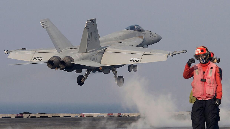 Avión caza de EEUU despega del portaaviones USS Ronald Reagan en aguas d...