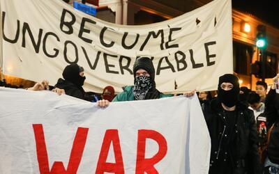 Violentas protestas en la U.C. Berkeley por la conferencia del editor de...
