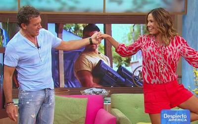 Karla sorprendió a Antonio Banderas con sus poses de yoga