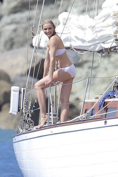 Enfundada en un bikini blanco lució muy guapa. Más videos...