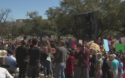 Bajo el lema' Sin restricciones, sin muro', miles de manifestantes parti...