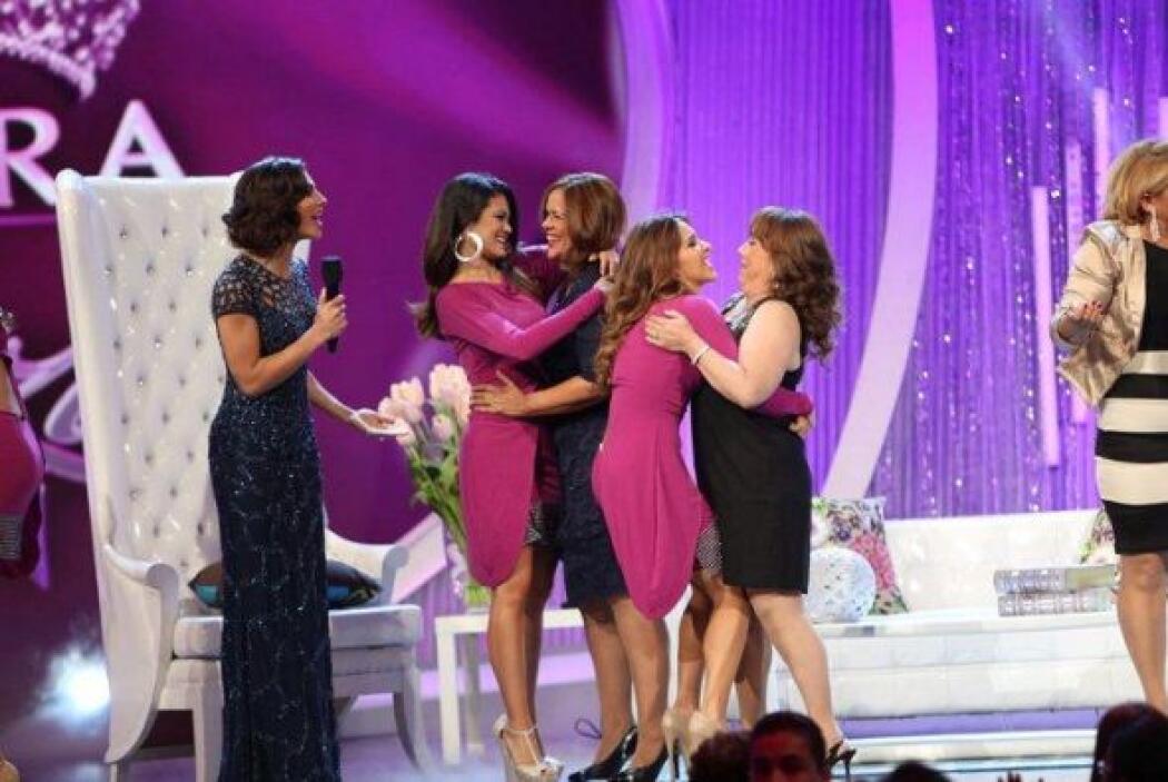 Las chicas corrieron a abrazar a sus mamás y decirles lo mucho que las a...