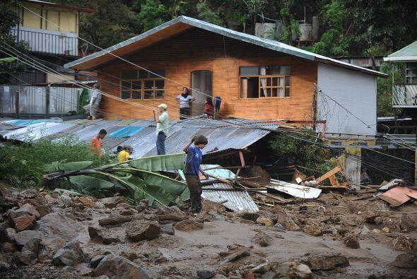 Unos 60 bomberos y miembros de la Cruz Roja participaban bajo la lluvia...