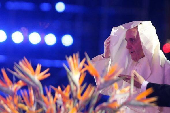 Las ráfagas de viento acompañaron al papa Francisco durant...