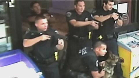 Captado en cámara el momento en que policía de Fontana, California, disp...
