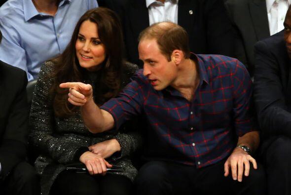El príncipe William optó por un look relajado, de camisa y jeans, para a...