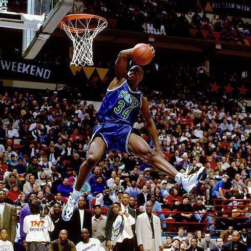 "1994 - Isaiah ""JR"" de los Timberwolves de Minnesota intenta una clavada..."