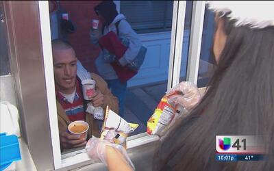 Reparten comida caliente y cobertores a desamparados en San Antonio