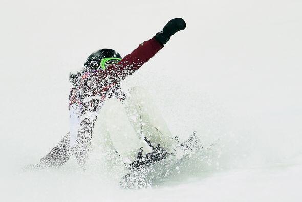 La suiza Ursina Haller también cayó durante la prueba de Snowboard.