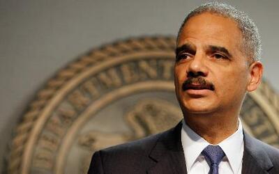 El fiscal Eric Holder viajó a Ferguson para recoger detalles de la crisi...