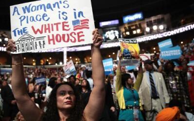Muchas delegadas están emocionadas de ver a la primera mujer nominada a...