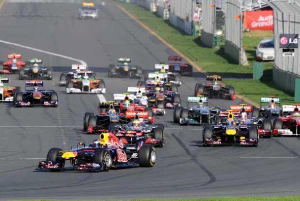 Vettel aprovechó la velocidad de su Red Bull y tomó la pun...