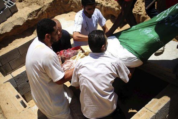 Mohammed , de tres años, siendo enterrado .