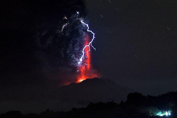La columna de ceniza de la segunda erupción, según los expertos, siguió...