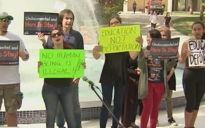 Educación, no deportación: el mensaje de algunos alumnos de la FIU para...