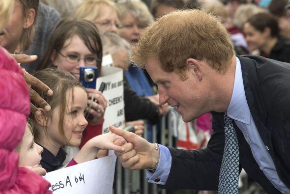 Harry fue muy atento con la gente lo fue a recibir.