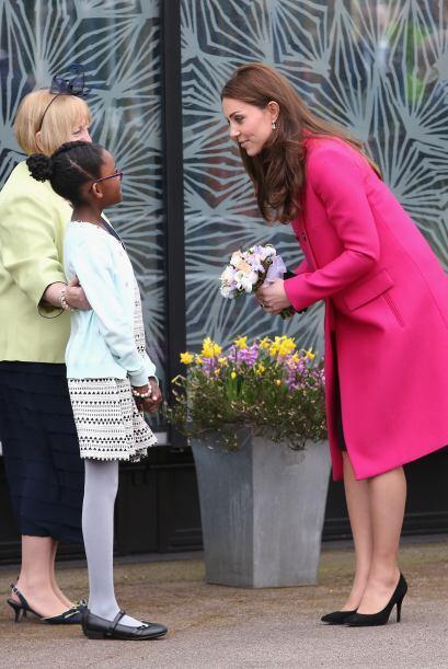 Le regaló un bonito arreglo de flores.