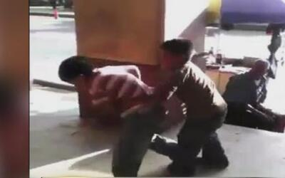 Perturbador video muestra dos niños forzados a pelear para entretener a...