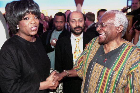 Oprah siempre se ha involucrado en causas benéficas.  Mira aquí los vide...
