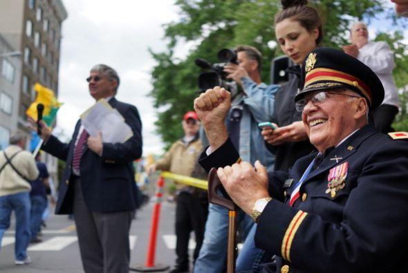 John Chiarella, veterano de guerra en Corea, mira el desfile de Memorial...