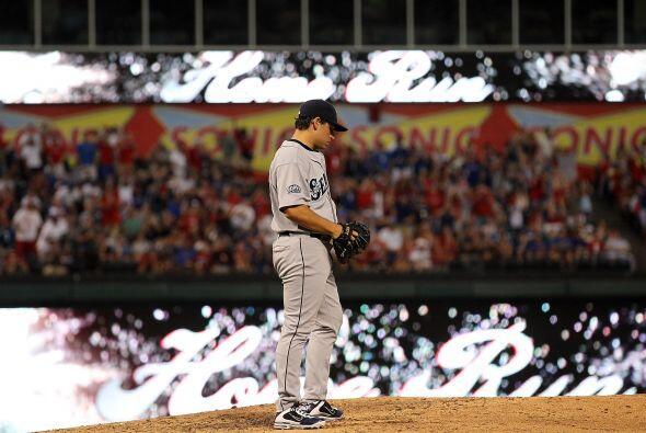 Una imagen común, el pitcher se lamenta mientras la afició...