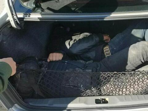 Dos indocumentados que se ocultaban en la cajuela de un vehículo...