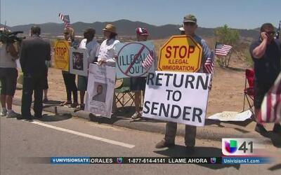 Grupos anti-inmigrantes actúan ante crisis migratoria