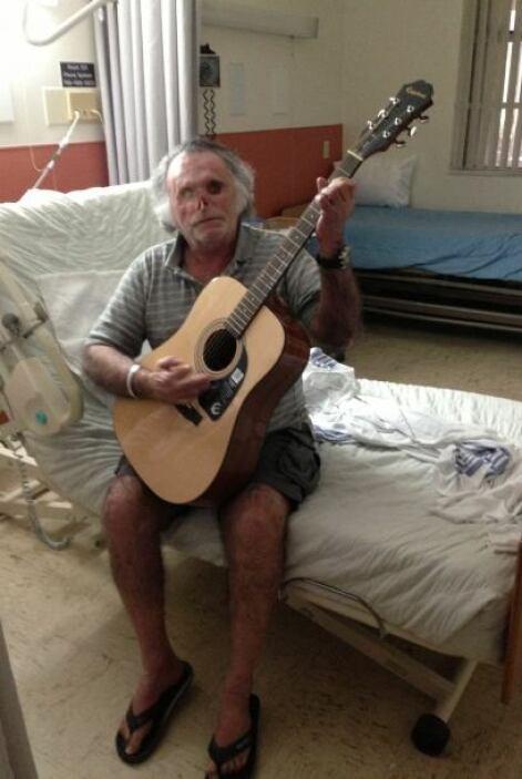 E incluso está aprendiendo a tocar la guitarra. Las enfermeras que convi...