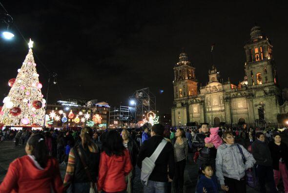 En el Zócalo capitalino colocaron un árbol de Navidad de 40 metros de al...