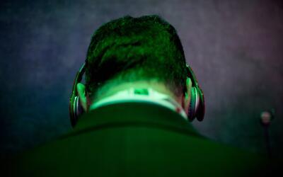 Un hombre escuchando música a través de sus audífonos