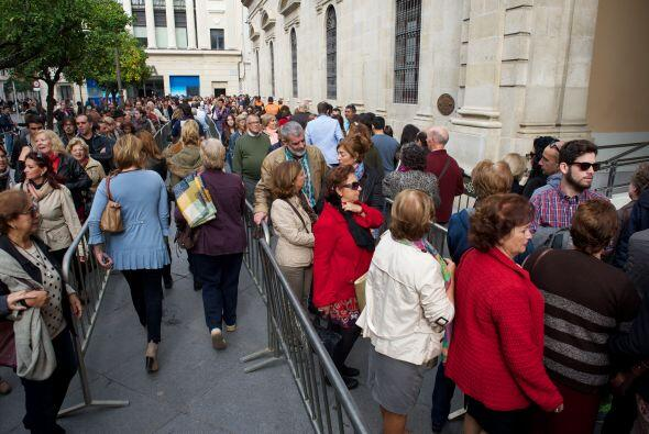 A las afueras, así se veía la gente esperando su turno par...