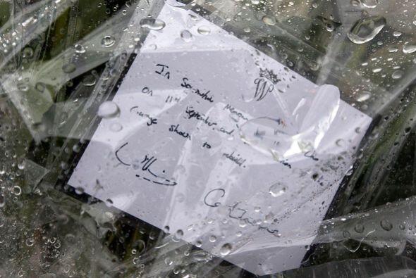 No sin antes anexarle una nota llena con bellas palabras y sus firmas al...
