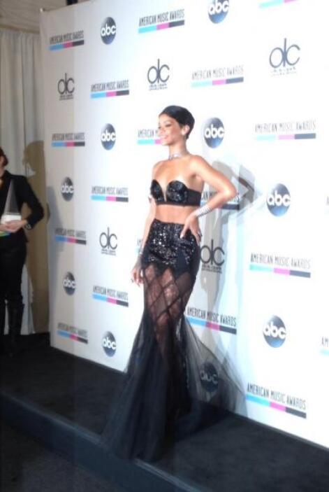 Con un revelador vestido apareció en la aflombra roja la cantante Rihanna.